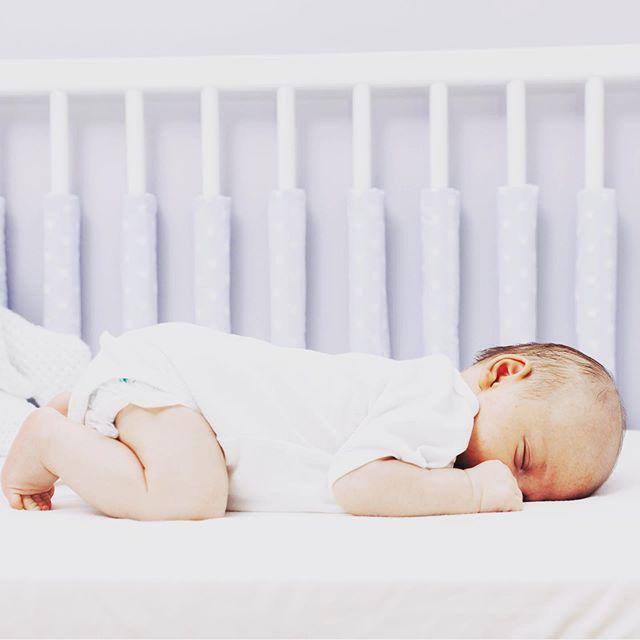 Schlaf gut, schlaf besser!  Richtig gemütlich und luftig für den Nachwuchs mit unseren Gitterstabspolster.  P.S. Mehr von uns findest du auf  https://www.sili-babyconcept.de/ und auch auf Etsy http://SiliBabyConcept.etsy.com/  #weekend #lebenmitkindern #sleeping #kuscheln #happy #silibabyconcept #praktisch #shopping #wasfürdiekleinen #baby #kinder #babybett #gitterbett