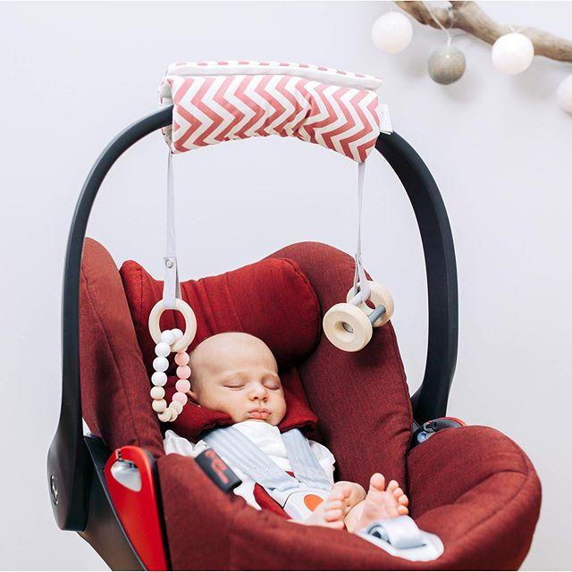 Absolut tragbar! Bestens gerüstet für unterwegs, so schön kann Schleppen sein.  P.S. Mehr von uns findest du auf  https://www.sili-babyconcept.de/  und auch auf Etsy http://SiliBabyConcept.etsy.com/  #lebenmitkindern #unterwegs #away #happy #silibabyconcept #praktisch #schleppen #babyschale #maxicosi #baby #kinder #shopping #tragen