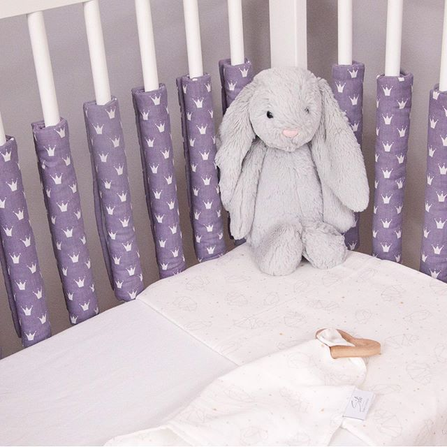 Unsere Gitterstabpolster gibt es nun auch in Lila 🥰 Schaut doch einfach mal bei uns vorbei.  P.S. Mehr von uns findest du auf  https://www.sili-babyconcept.de/  und auch auf Amazon handmade https://www.amazon.de/handmade/Sili-Baby-Concept  #lebenmitkindern #sleeping #schlafen #happy #silibabyconcept #praktisch #babybett #bett #träumen #baby #kinder #shopping #lila