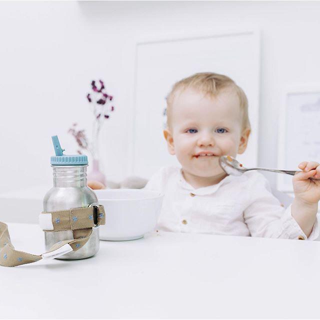Angebandelt – wie praktisch die Flaschenbänder sind 😊 nichts fällt mehr runter!  P.S. Mehr von uns findest du auf  https://www.sili-babyconcept.de/  und auch auf Amazon handmade https://www.amazon.de/handmade/Sili-Baby-Concept  #lebenmitkindern #eating #drinking #happy #silibabyconcept #praktisch #dinner #away #unterwegs #baby #kinder #shopping #flaschenband