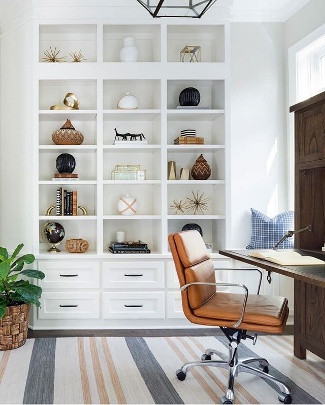 Office goals 💯 from @briahammelinteriors . . . . #yhmagazine #yourhome #magazine #inspiration #share #office #homeoffice #goals #homegoals #bookshef #builtin #interiordesign #design #lifestyle #chair #desk #shelves #homedecor #designer