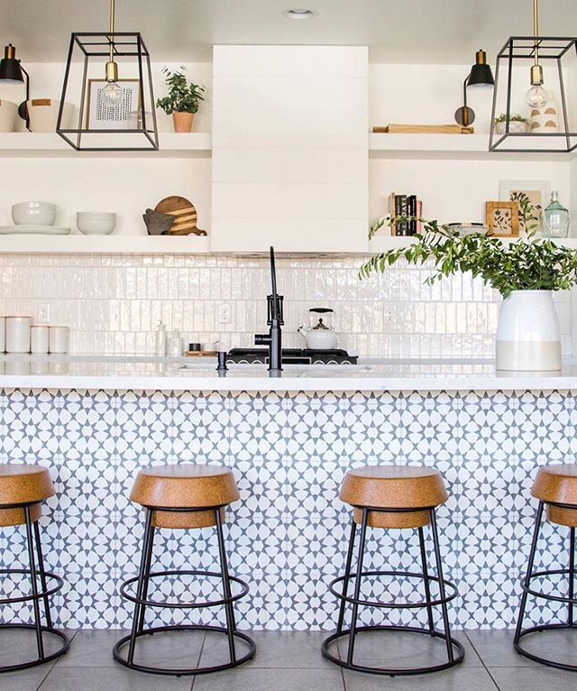 Loving this kitchen by @bluecopperdesign ✨ . . . . #yhmagazine #blog #inspiration #design #lifestyle #home #kitchen #inspo #kitchendesign #interiordesign #designer #love #interiors #magazine #barstools #tile