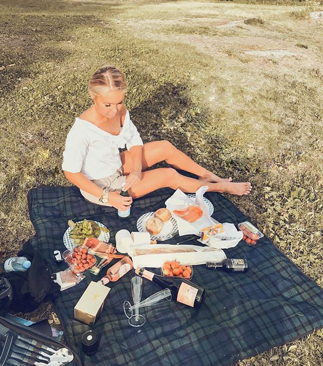 A perfect picnic spot at Suomenlinna⛴🇫🇮🥐🍓🍰 This is why I love being a tourist in my own city ✨ @myhelsinki @suomenlinnaofficial ⠀⠀⠀⠀⠀⠀⠀⠀⠀ ⠀⠀⠀⠀⠀⠀⠀⠀⠀ #helsinki #suomenlinna #suomenlinnaisland #finland #myhelsinki #visithelsinki #piknik #picnic #summer #suomi #suomenlinnafortress #helsinkiofficial #kesä #suomiretki #turisti #stockmann