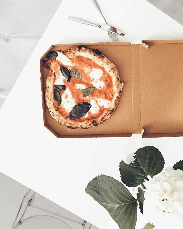 Asioita, joita fiilistelen just nyt: äiti yökylässä, suklaatuliaiset ja lempparinaapurini pizzat 🍕🍫🍰 Best pizzas in Helsinki atm (...and I have told you this already before 👌🏻💯) ⠀⠀⠀⠀⠀⠀⠀⠀⠀ ⠀⠀⠀⠀⠀⠀⠀⠀⠀ #saturday #töölö #helsinki #cheekend #pizza #daddygreenspizza #neighbour #daddygreenspizzabar #chocolatelover #familyfirst #helsinkirestaurants