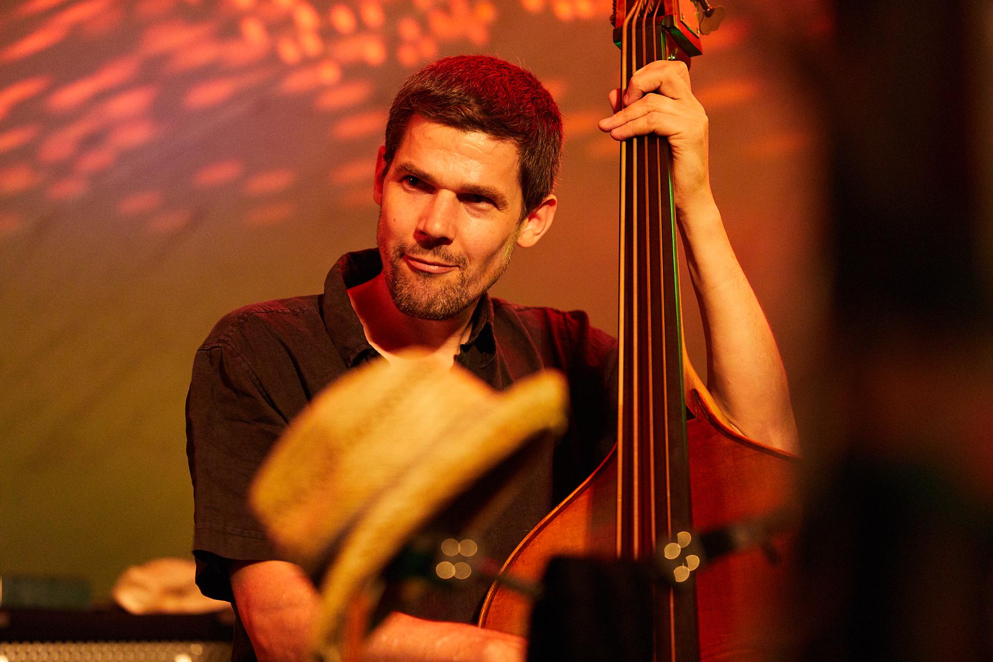 patrick sommer - BassHat an der Swiss Jazz School in Bern und in Los Angeles studiert und ist heute Teil von diversen Schweizer Bands und auf diversen Tonträgern vertreten. Er lebt mit seiner Familie in Zürich und arbeitet als freischaffender Musiker.