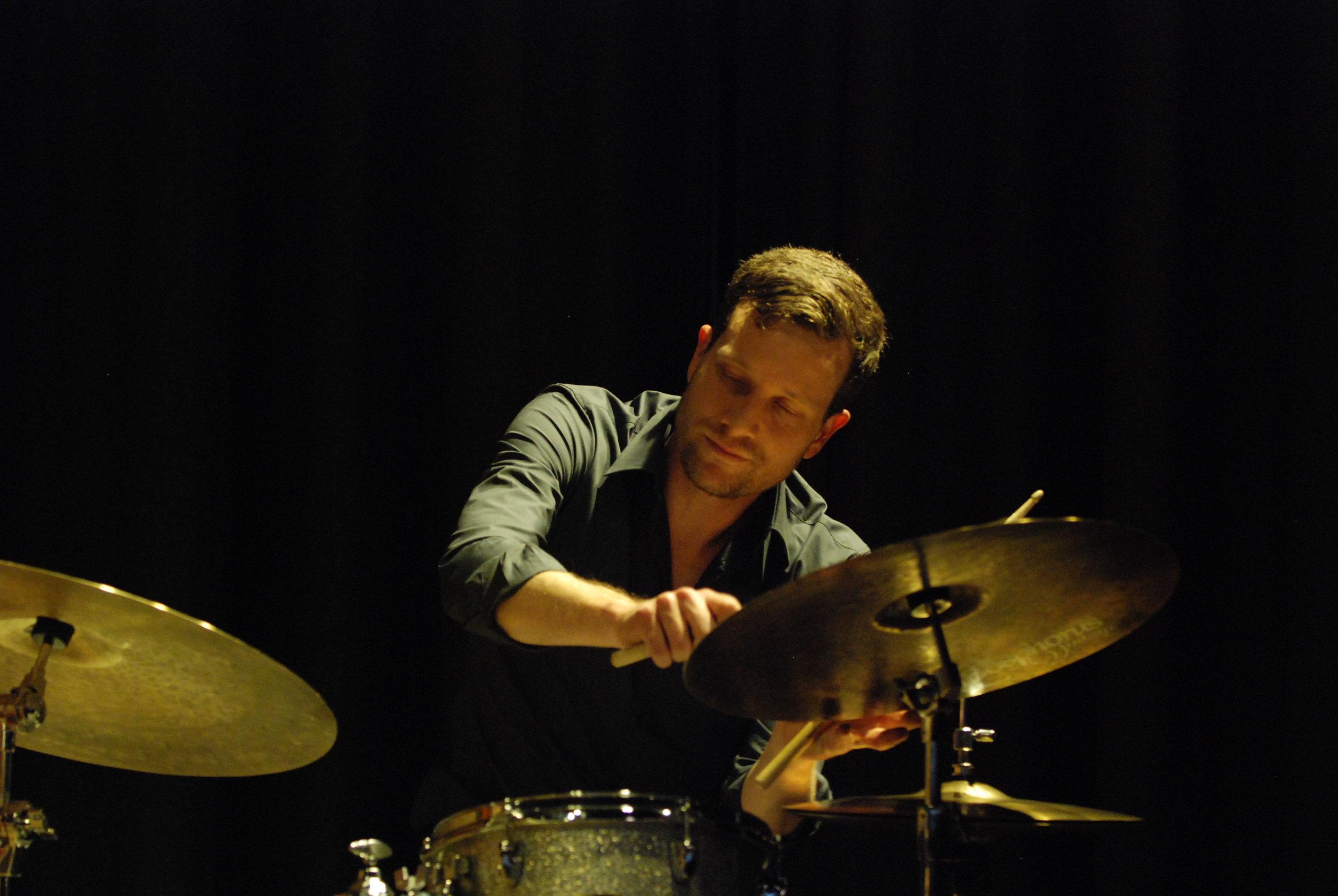andi wettstein - SchlagzeugHat an der Zürcher Hochschule der Künste und am Musician Institute in Los Angeles studiert. Auch er hat eine rege Live-Tätigkeit vorzuweisen und lebt in Zürich.