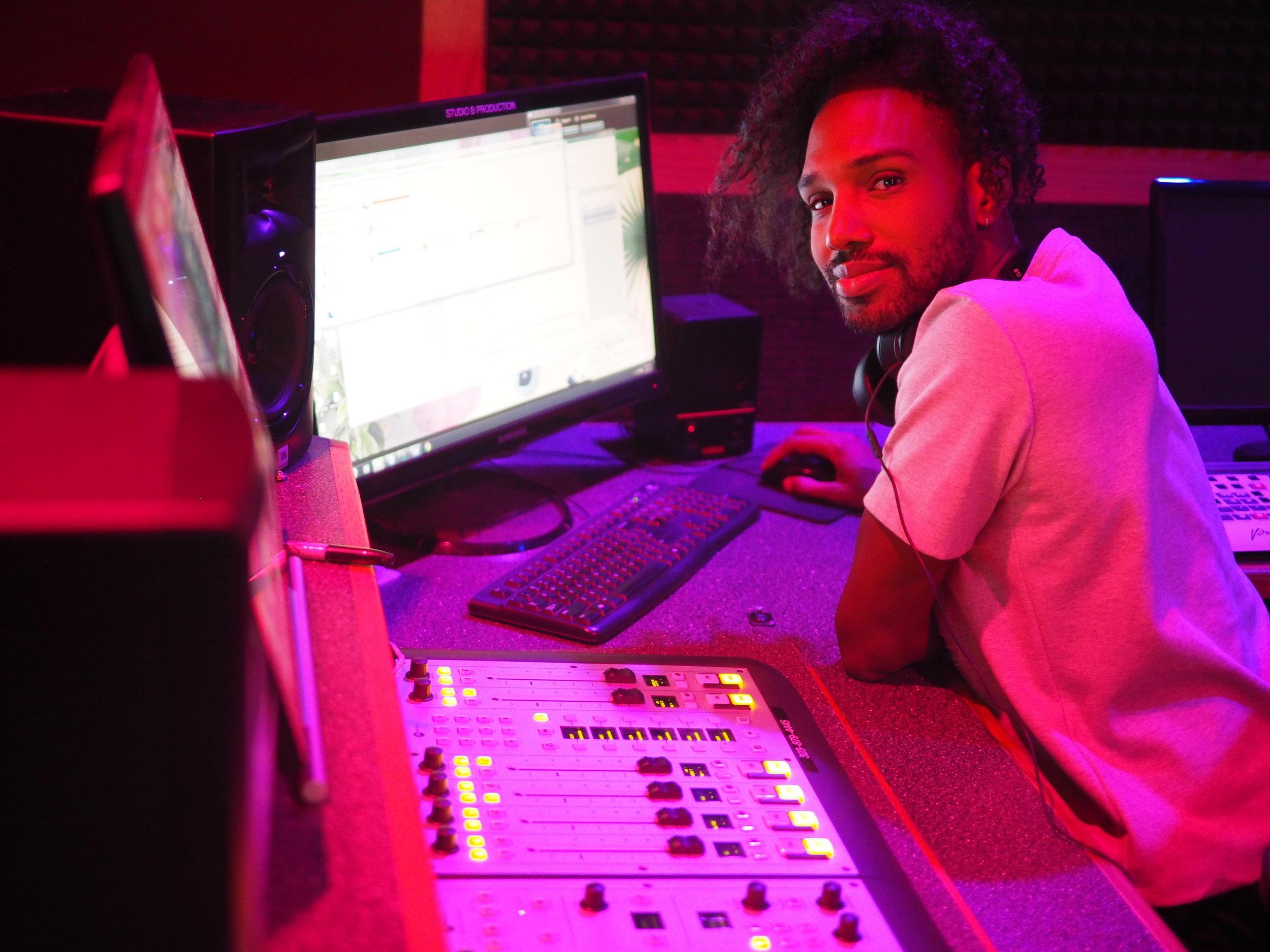 Dash radio x Twerking on the topics - Writing, Production, Host
