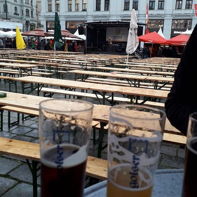 Hast du großen Bier-Durscht,  ist dir auch das Wetter wurscht! @wienerbierfest  #biergehtimmer #bierfest #diesonnescheintimglas #craftbeer #beer #beertasting #scheißaufregen #egal