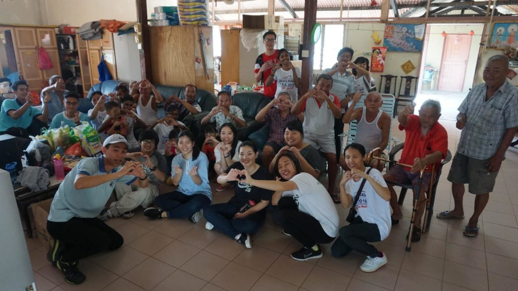 CARP Malaysia members posing with the elderly of Machap Old Folks House