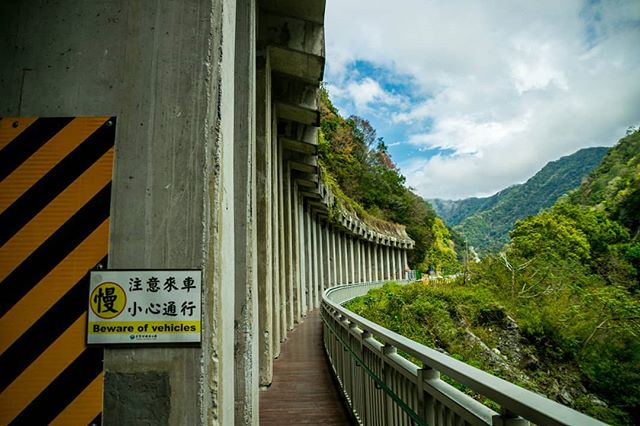 Taroko Gorge was phenomenal and such an adventure. Suspension bridges, missing buses, secret tunnels, walking through waterfall caves and hitchhiking down the mountain in the rain, all in one day. . New post, link in bio. . #tarokonationalpark #tarokogorge #hualien #taiwan #hikingadventures #ig_taiwan