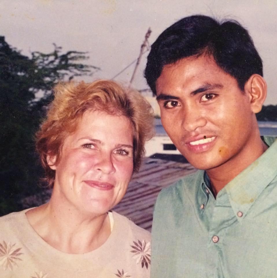 Petra, Siem Reap - Kambodscha - Hallo. Mein Name ist Petra Marek und ich stamme ursprünglich aus Berlin. Nach meinem Studium der sozialen Arbeit zog ich 1995 los um in Südost-Asien Entwicklungsarbeit zu leisten. Über Bangkok und Thailand gelangte ich schließlich nach Phnom Penh, der Hauptstadt Kambodschas. Dort lernte ich meinen heutigen Ehemann kennen. Gemeinsam gründeten wir die Nicht-Regierungs-Organisation (NGO) Bamboo Shoots e.V. Nach über 23 Jahren vor Ort spreche ich fließend die Sprache und kenne die Probleme, das schwere Erbe, aber auch die Faszinationen des Landes.Ihre Geschichte und Wille, die Welt zu einem besseren Ort zu machen, inspiriert uns und wir schätzen uns glücklich mit Petra gemeinsam unsere Kokosnussproduktion zu gestalten.