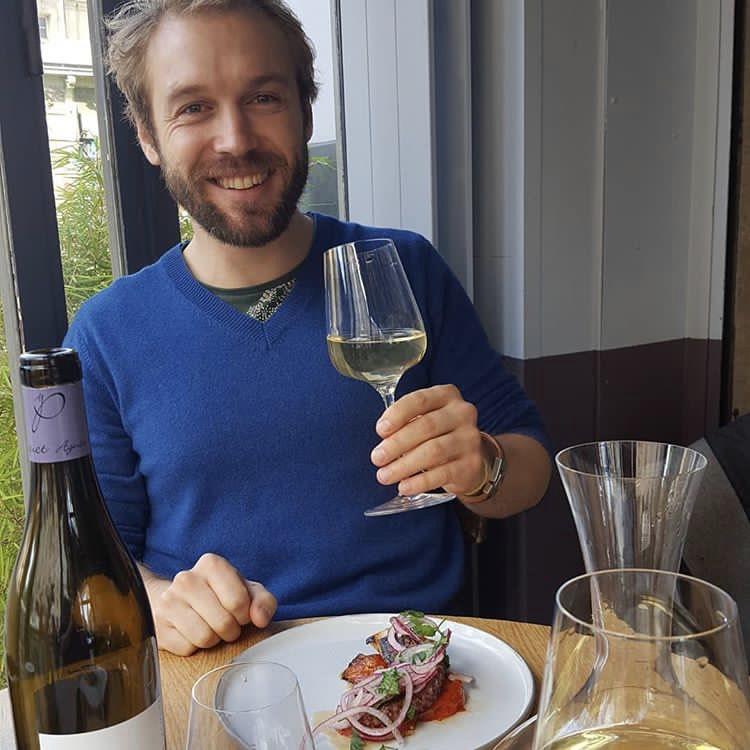BRUNO - Passionné de vin, je suis également caviste à la cave du Ballon Rouge, 4 rue Vicq d'Azir, à Paris, depuis 2017. N'hésitez pas à passer me voir !
