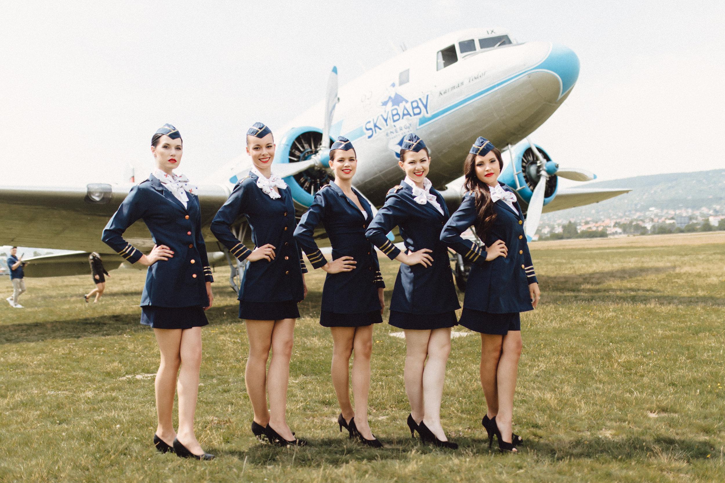 SKYBABY - Li-2 repülő hostessekkel.jpg