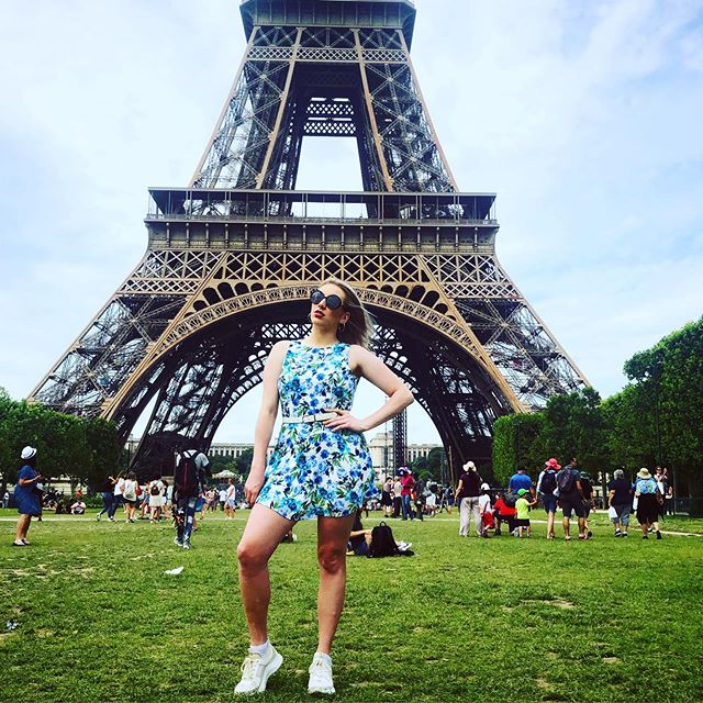 Me being extra as fuck in front of the world's most extra broadcasting tower 💁🏼♀️🇫🇷😎 . . . #paris #sundayfunday #sundayvibes #eiffeltower #musician #singersongwriter #travel #adventure