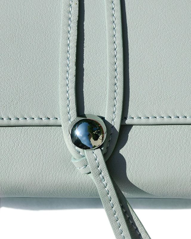 NOUÉ SMALL WALLET IN JADE GREEN🍈 ⠀ Collection II - Discover at lauramargna.com ⠀ ⠀⠀ ⠀ ⠀ #lauramargna #detail #closeup #newcollection #newbag #baglover #craftmanship #labeltowatch #leathercraft #sustainablefashion