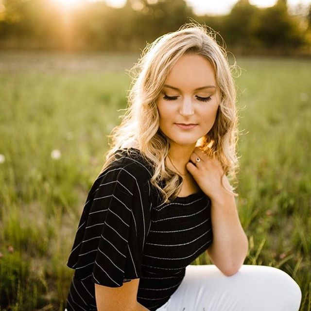 When your senior says she wants natural glam, little does she know that's your favorite thing to do 😊 📸: @jzphotographylifestyle 💆🏼♀️: @terynpannette  #seniorsession #seniormakeup #makeupartist #naturalglam