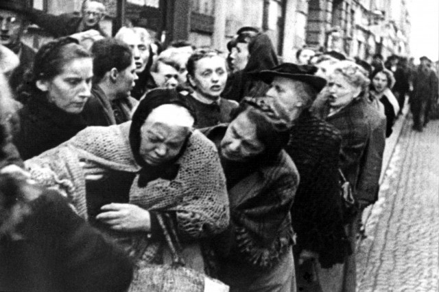 An old woman collapses while waiting in line for food in Frankfurt an Main in 1916. This is where my mother's family lived during World War I.  Photo courtesy of The Local DE.