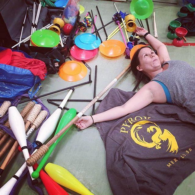 Ungefär så här trötta känner sig oss när vi checkar ut från två dagars cirkusskola i Billingsfors! Men vi är också ungefär dubbelt så glada, tack Bengtsfors kommun för arrangemanget och tack alla glada barn för att ni kom 🥰 #pyrox #mereld #cirkus #cirkusskola #billingsfors #curkuseveryday