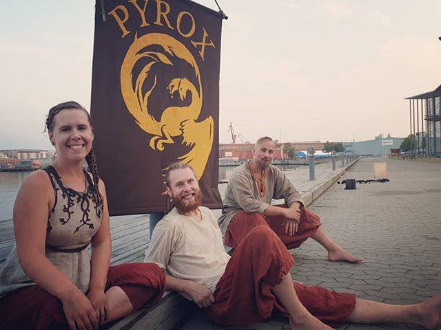 Tack Semcon för att vi fick göra en föreställning i solnedgången för er!  Det var så fint att vi ville föreviga det hela med ett gruppfoto. Och som vi alla vet, bakom ett lyckat gruppfoto finns ca 10 bloopers.  #pyrox #eldshow #fireshow #eld #fire #circus #gothenburg #göteborg #bloopers