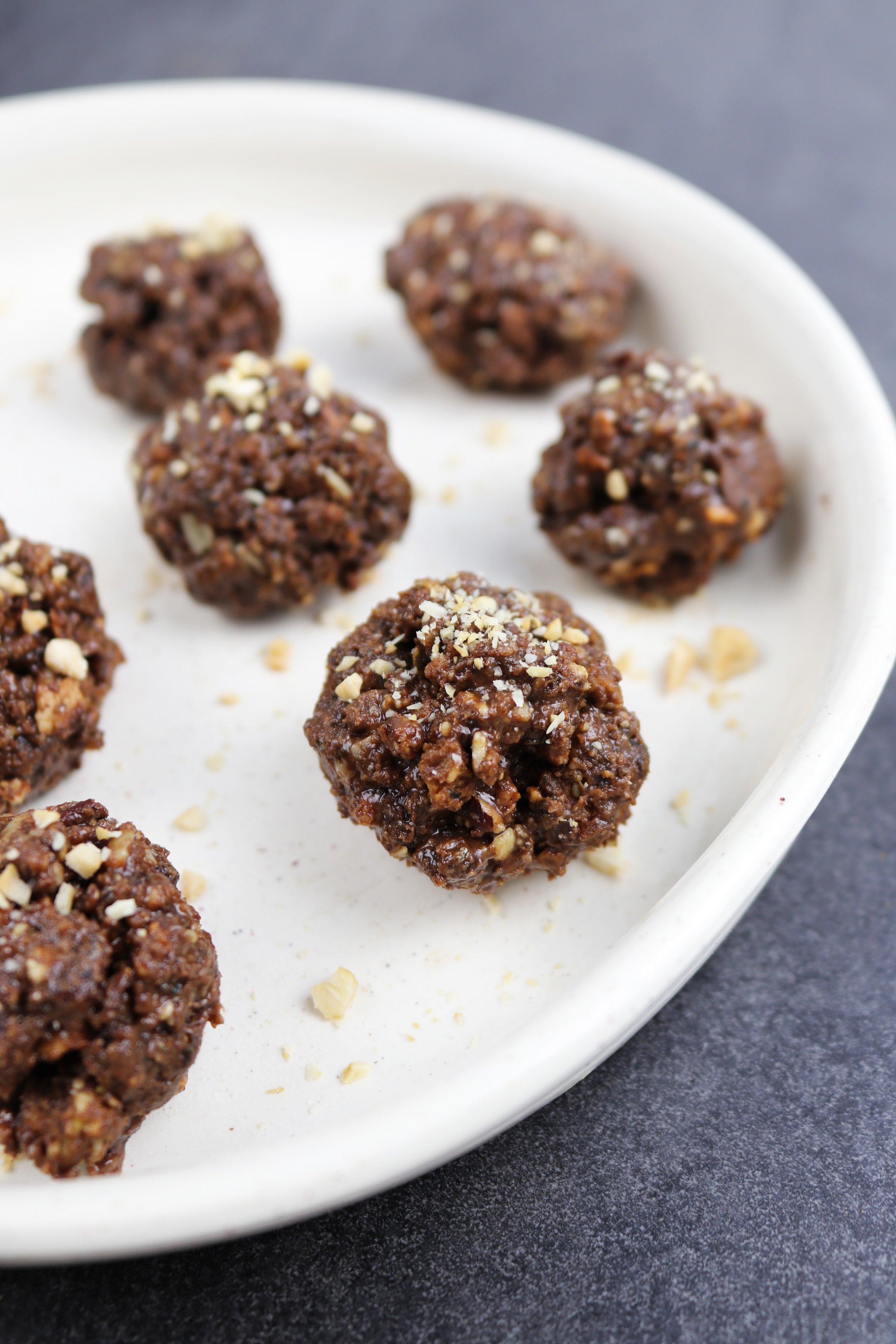 Si vous n'utilisez pas de robot culinaire, les boules seront imparfaites, mais d'autant plus croquantes! Celles-ci sont parsemées de noix de cajou finement hachées.