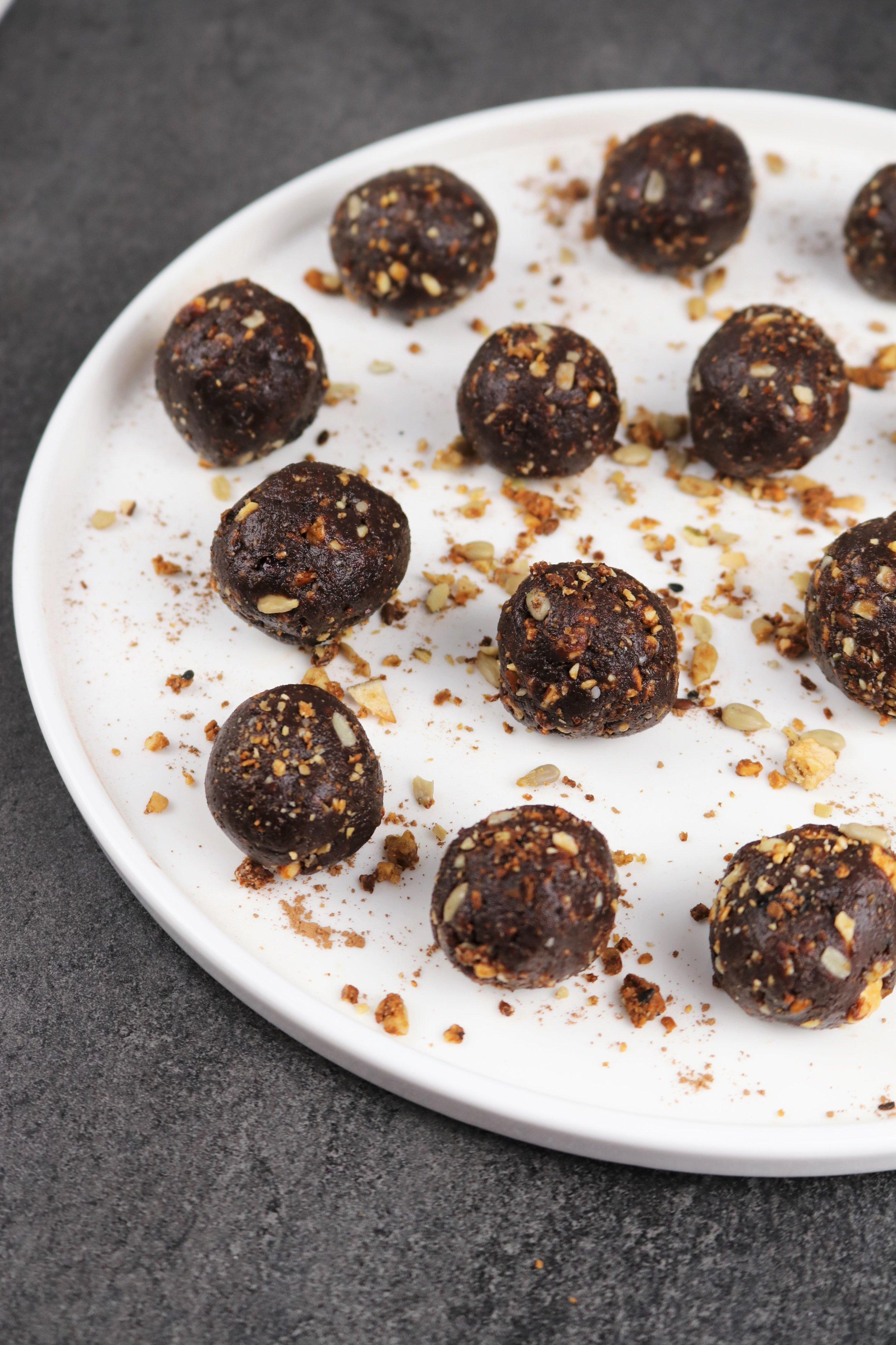 Ces boules ont été formées à partir d'un mélange passé au robot culinaire et sont parsemées de granola.