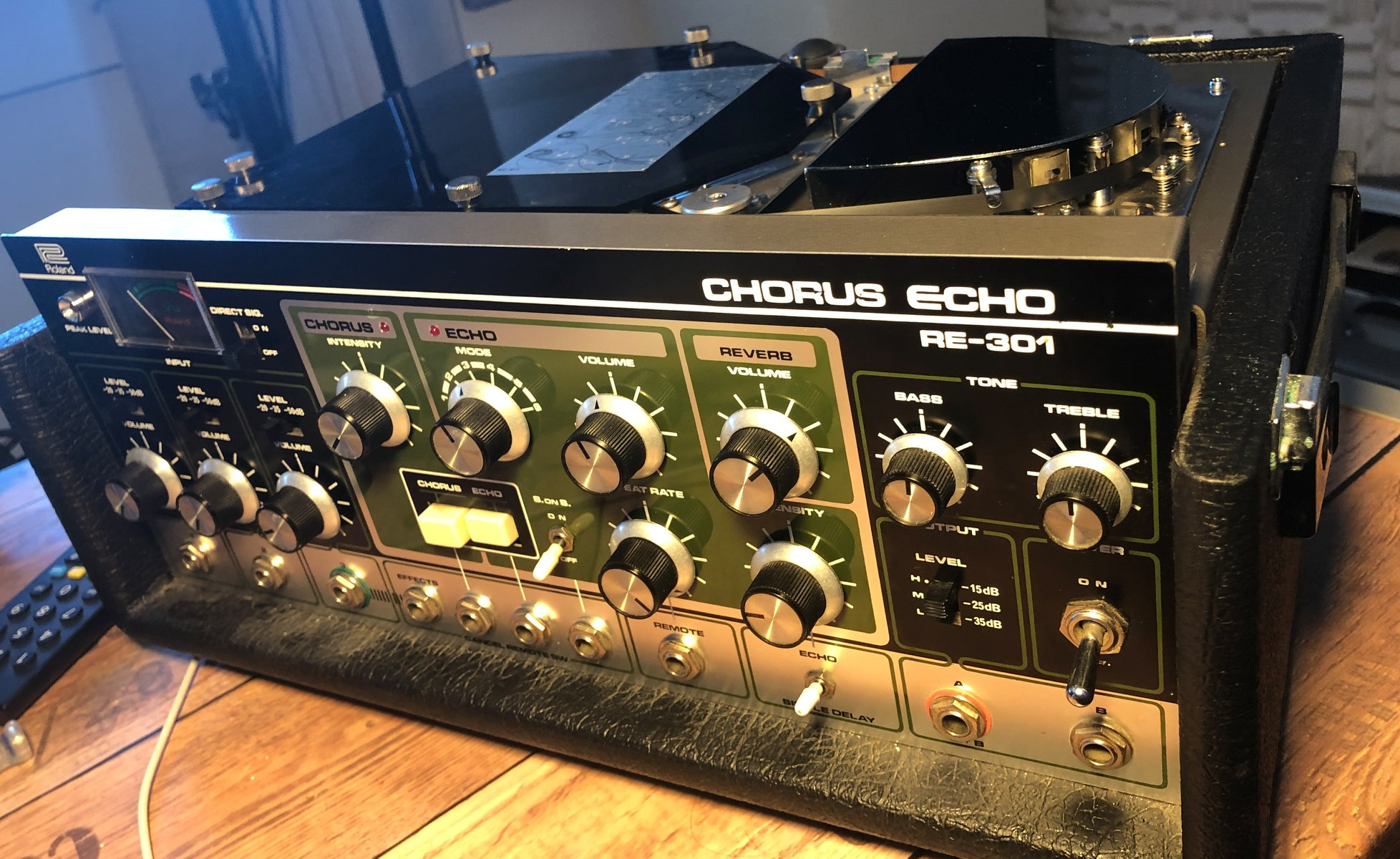 Roland RE-301 Space-Echo: A legend in creating tape delay and spring reverb. The effects with the feedback are still heard in modern productions... great one! Foto: privat