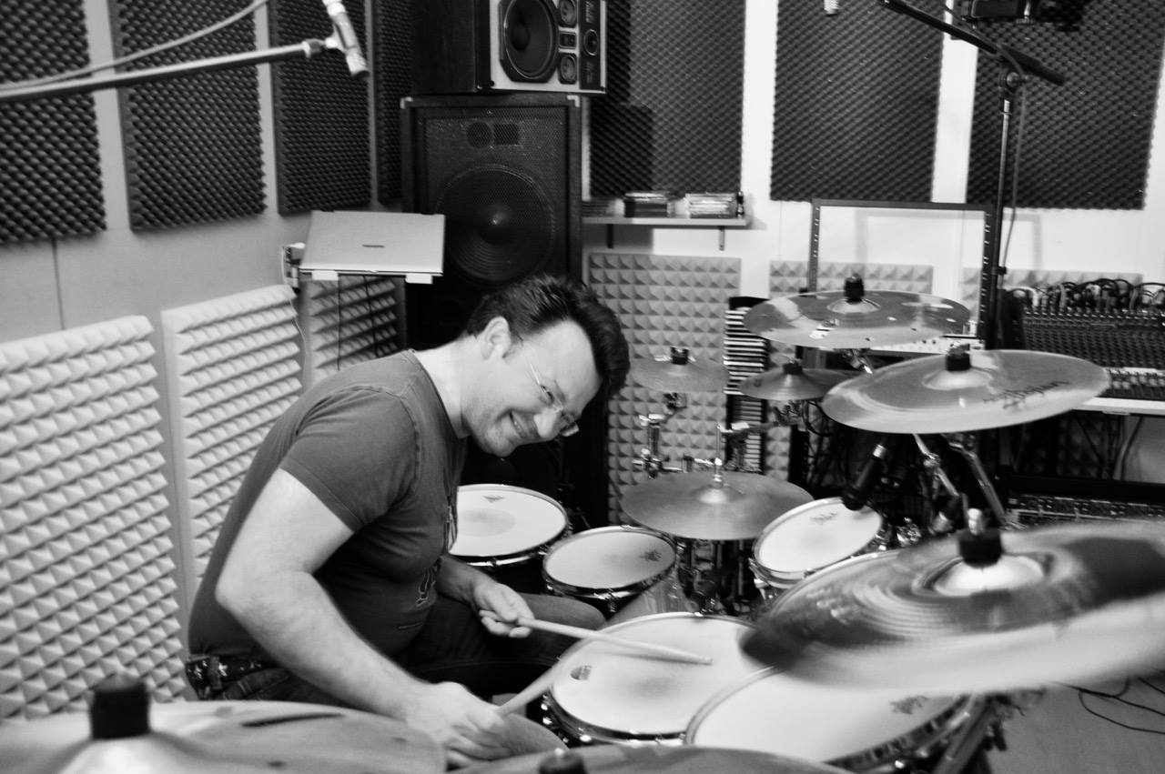 In cooperation with  School of Groove  and  PA-4U  available: Ludwig, Sonor, Pearl, DW, Gretsch, Premier, Fibes, Yamaha, Zildjian K-series, etc. Foto: Privat