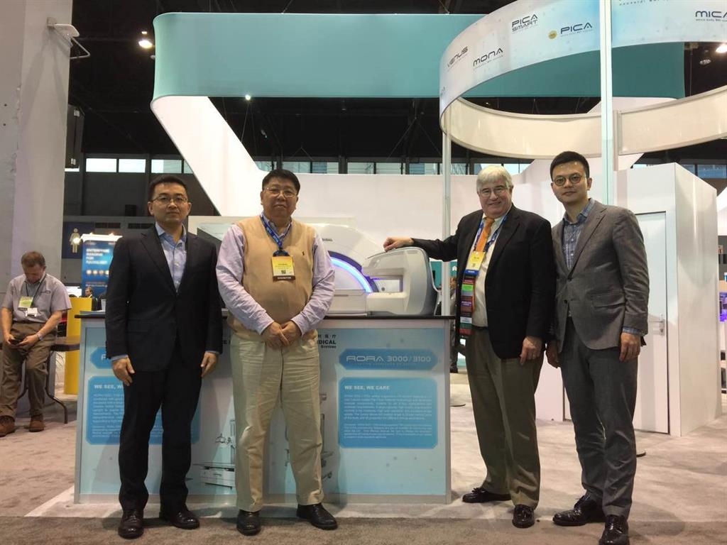 Clinical advisor Dr. William Bradley visited the Time Medical booth and reviewed the 1.5T MICA MRI System.
