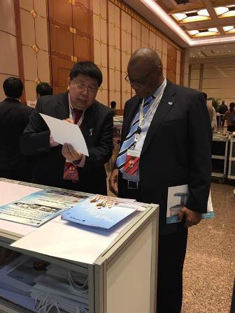 Professor Ma Qiyuan introduced the mobile medical imaging system to the Minister of Foreign Affairs of Ethiopia.