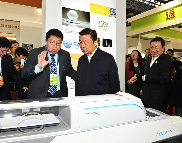 Chairman of Time Medical, Professor Qiyuan Ma explains TM's patented technology to Vice President Li Yuanchao