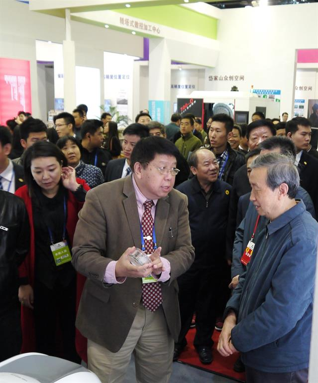 Chairman of Time Medical, Professor Qiyuan Ma shows important details of TM's innovative products to Vice Premier Ma Kai