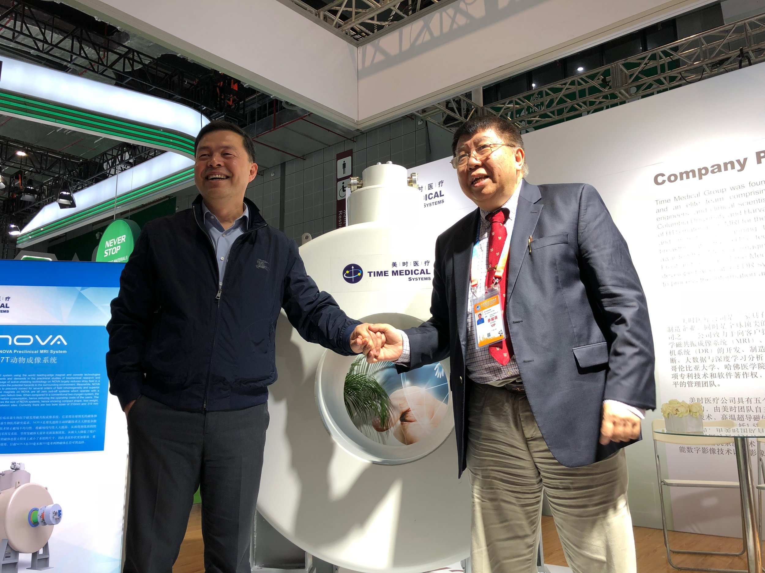 Professor Ma Qiyuan and the leader of the Ruijin Hospital took a photo in front of the 7T NOVA.