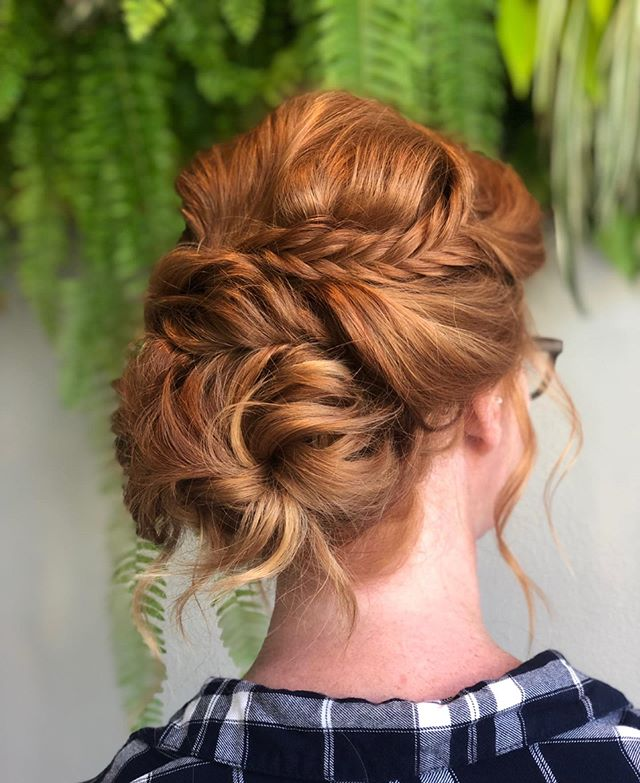 Its Always A Treat To Work With Stunning Natural Hair Color ⚡️ . . . #sarahbridalbeauty #redheadshavemorefun #naturalredhead #bridalhair #upstyles #fishtailbraid #chignon #bridesmaidhair #weddinghair #bridalbeauty  #beyondtheponytail #kevinmurphy #biolage #hottools
