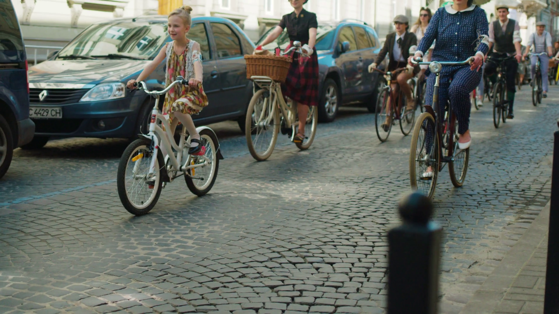 videoblocks-vienna-austria-april-2017-group-of-byciclists-doing-retro-bike-marathon-on-the-city-streets-people-riding-their-bicycles-on-the-city-road_hhdjyfqzb_thumbnail-full01.png