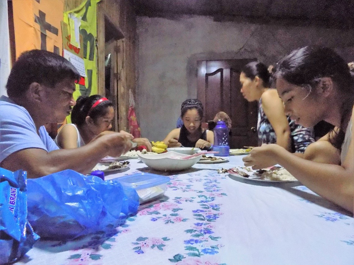 Kimberly eats dinner together with her family of five.