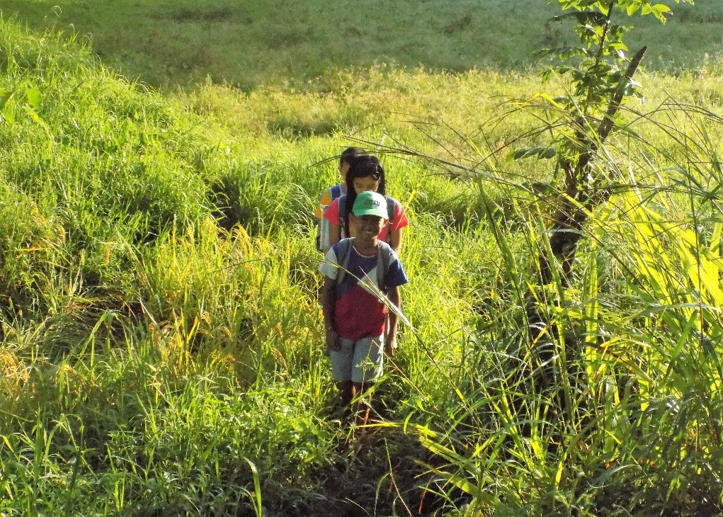 Kimberly is on her way to school together with her friends and relatives, June Mark and Harvy. They pass on a grassy, narrow way in order to reach the school.