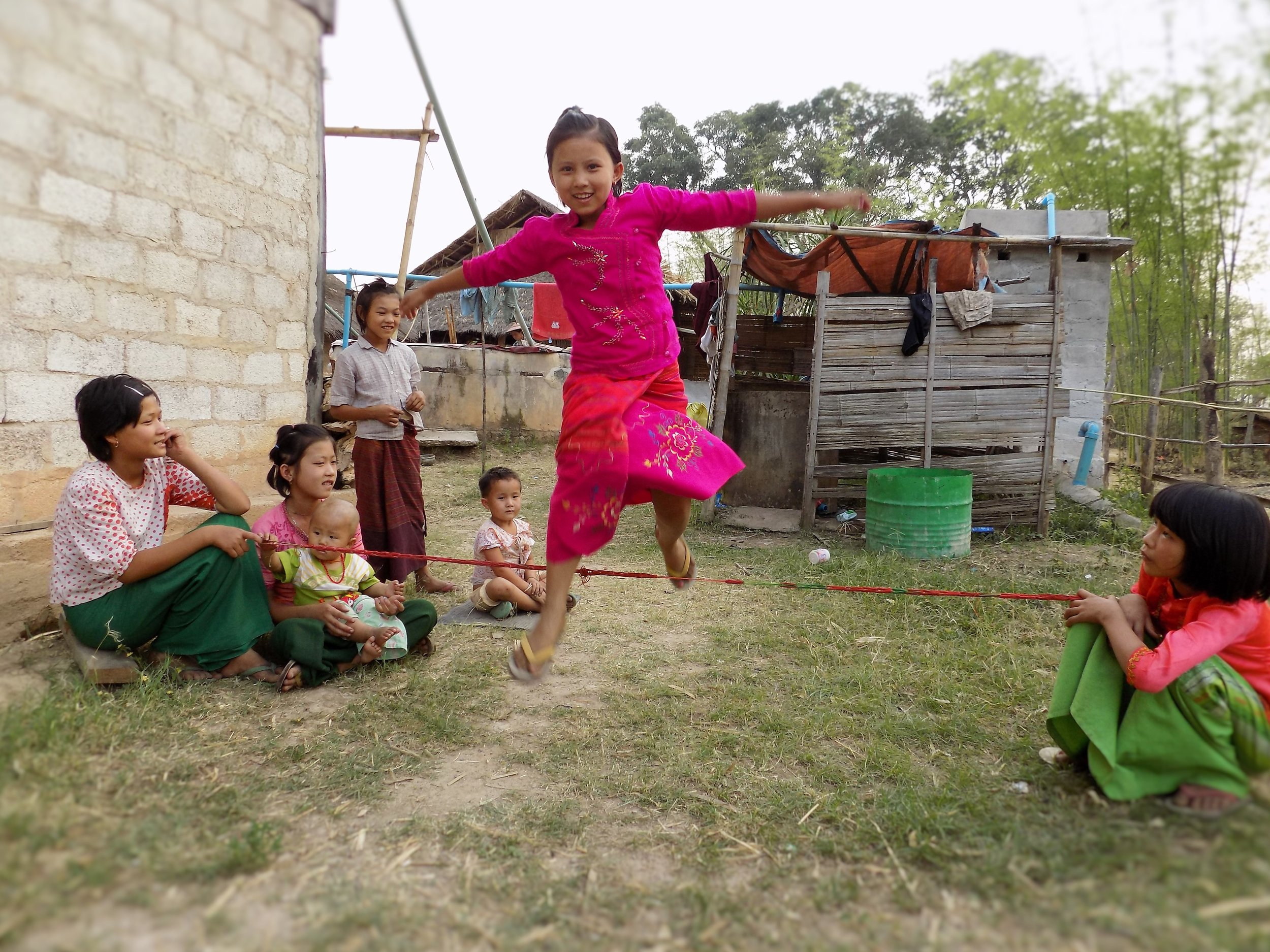 Children like to play jump rope games!