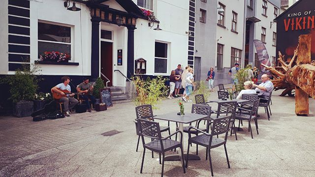 Beautiful Music on Baileys New Street today catering for the 3,000 passengers coming into Waterford today on a cruise ! Pop in and have a drink or a bite to eat and enjoy the sun and the music 🎼 🎶 🎵
