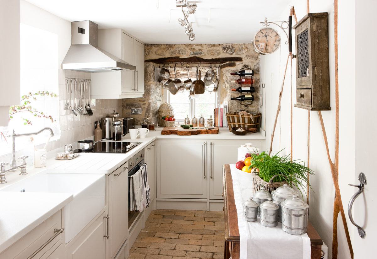 COTTAGE KITCHEN - Our small but perfectly formed cottage kitchen is supplied with everything you need to cook up a feast, including professional kitchen knives. To inspire the foodie in you, we provide a collection of lovely recipe books.