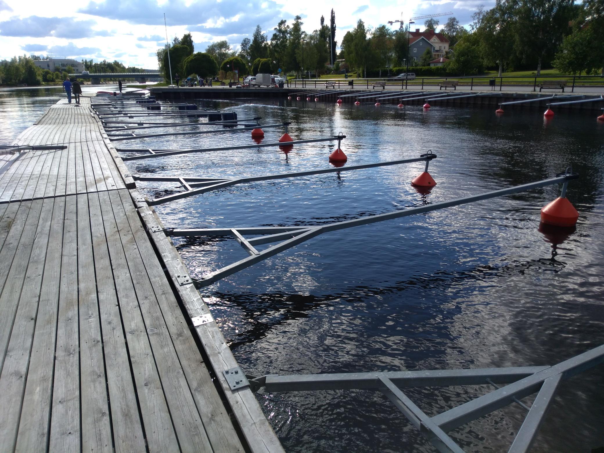 Manhemskajen Marina - Vi erbjuder praktiska och säkra båtplatser för den som önskar ha sin båt liggande vid vår marina i centrala Skellefteå. Vi har ungefär 55 platser till rimliga säsongspriser. Välj mellan kajen och vår långa brygga. Kontakta oss för mer information.