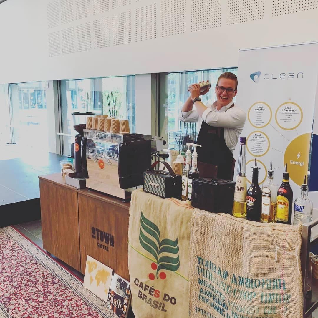 - Kaffe og alkohol passer godt sammen! O-Town Coffee kan også servere espressobaserede cocktails til dit arrangement.