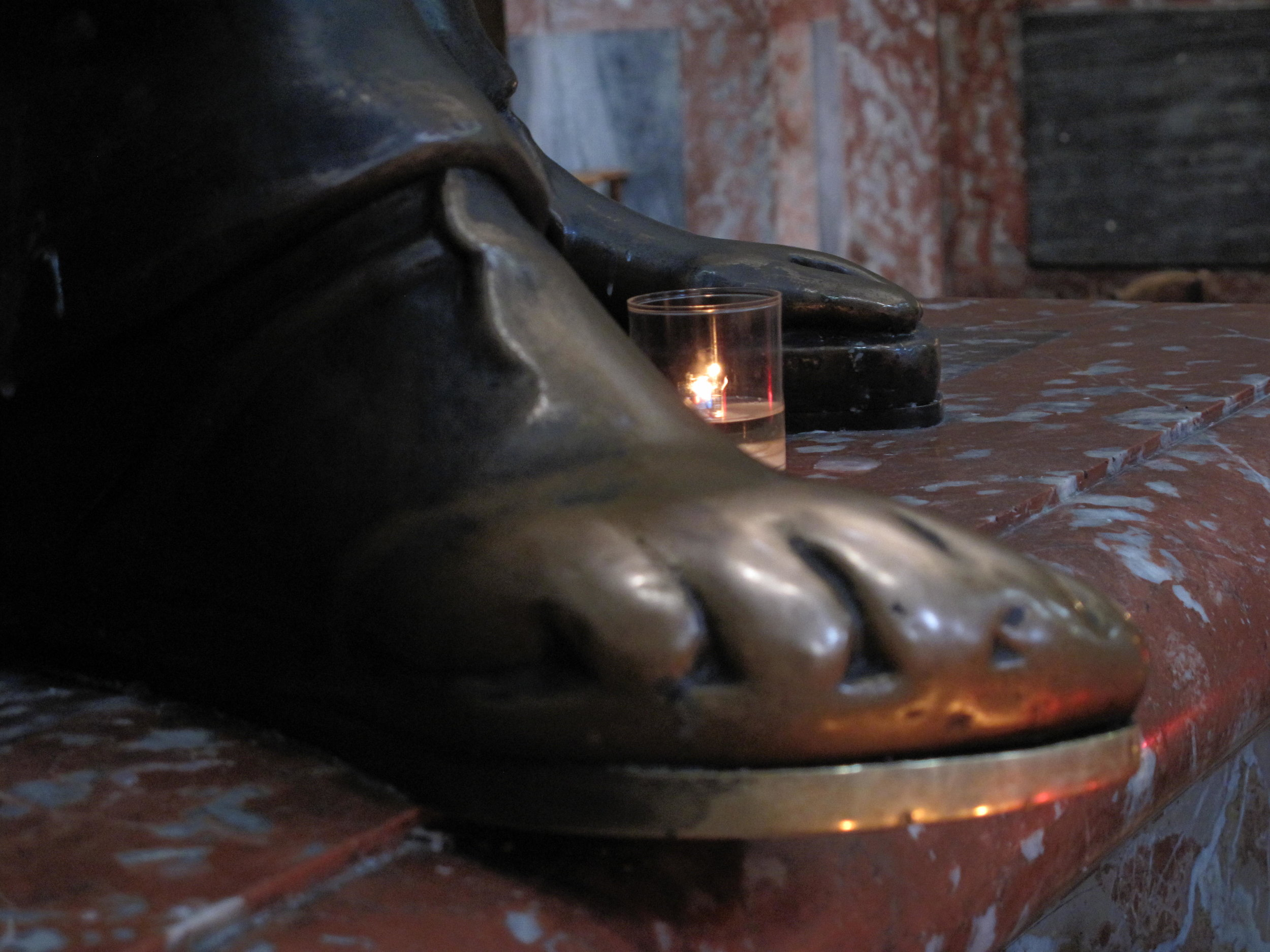 Saint-Sulpice,_closeup_of_the_foot_of_the_statue_of_Saint-Peter.jpg