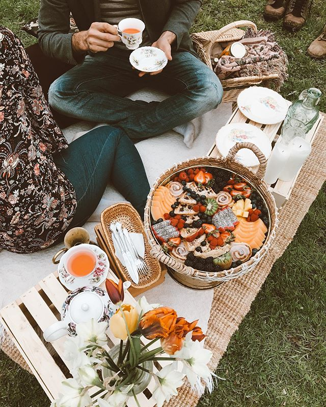 The besssst way to start the day🌿🙌🏻 Loved creating this intimate brunch grazing picnic for @floralandbrick ✨🦋 The opportunity to disconnect and immerse yourself in nature with your partner, friend or family is truly so nourishing♥️ we are SO grateful to be able to create that kind of experience 🙏🏻 TAG someone that you'd like to enjoy this with⬇️⬇️⬇️⬇️↗️↗️✨✨✨✨ •••••• Email us to book yours💫