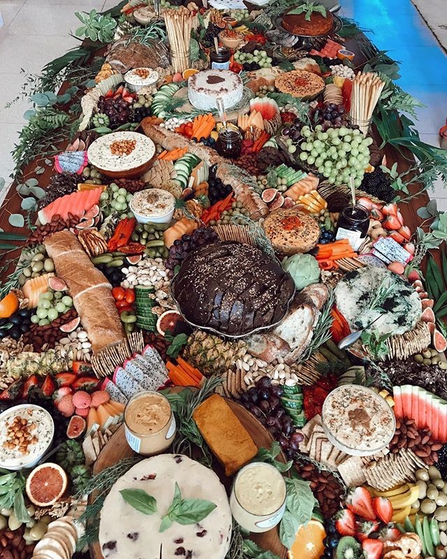 Can we all just give it up for this monster of a grazing table🙌🏻🙌🏻🙌🏻 10ft of fruit, veg, dips, grains, @greengoddessguelph nut cheeses, jams, spreads, cookies, chocolate+more😻😻😻 100% vegan👌🏼 Congratulations to the beautiful couple @tayyclemm + Andy❤️❤️❤️