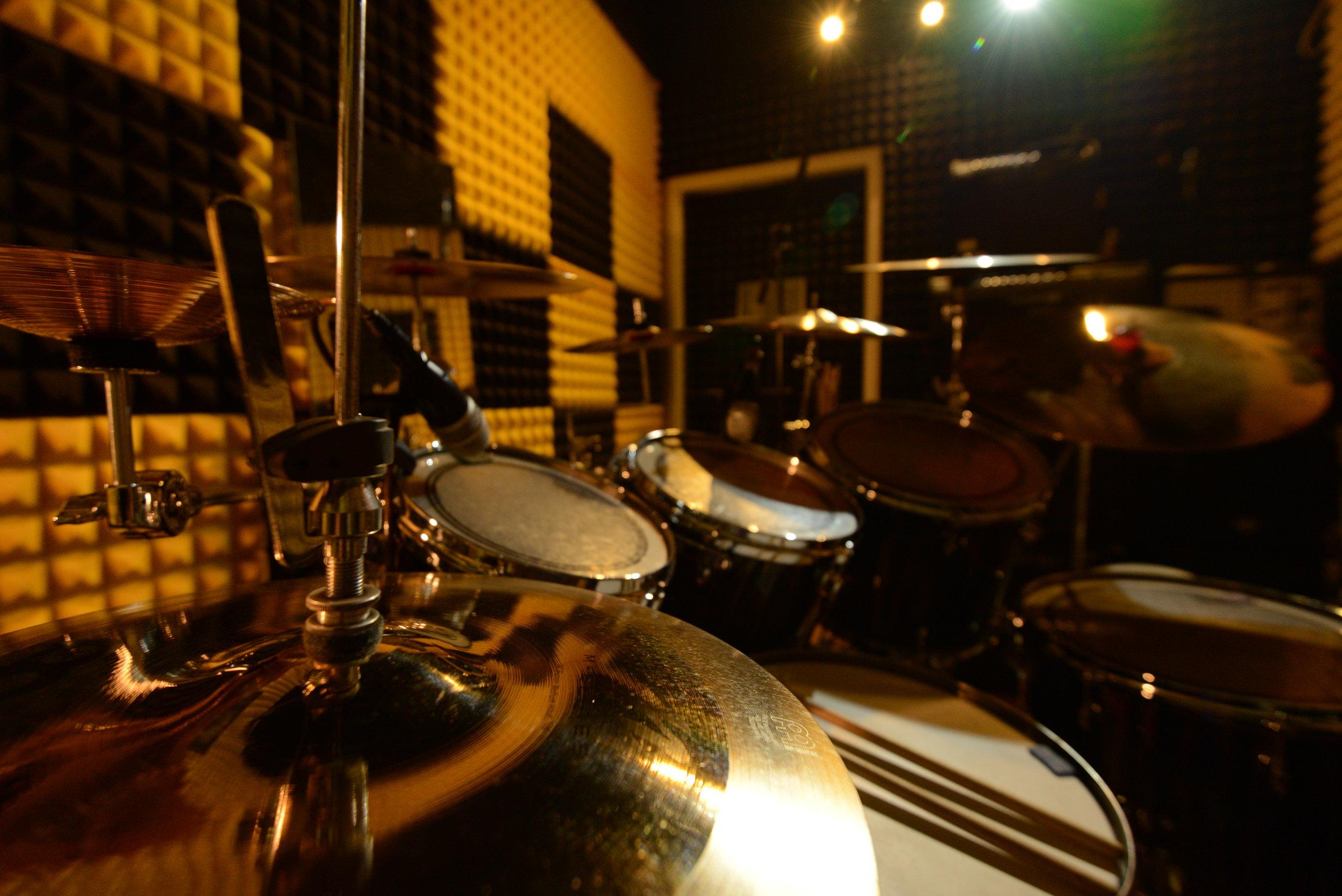 鼓室環境 - 主要教學地點位於 火炭坳背彎街 樂器設備完善, 選用上等器材, 環境舒適, 並有多個房間可供使用。