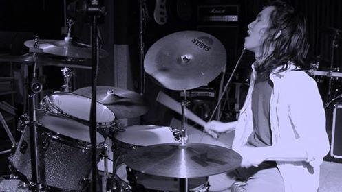 簡介 - 本人 Jey Chu 自幼接受音樂培訓, 擁有十多年爵士鼓經驗, 並且有成績卓越的 RockSchool 8 級証書。師承 Michael Yau, 並曾遠赴美國大學修讀音樂學士課程。 畢業後繼續深造於爵士鼓上,並全職於音樂行業發展, 更開立了 YouTube 頻道ーAnimania Drums, 拍攝指定題材的音樂 Cover。對於音樂教學方面頗有心得, 除了樂器訓練以外, 懂得使用多媒體資源, 如演奏拍攝, 使用收音器材錄製, 後期製作等等。以下是一些個人近期的個人演奏影片: