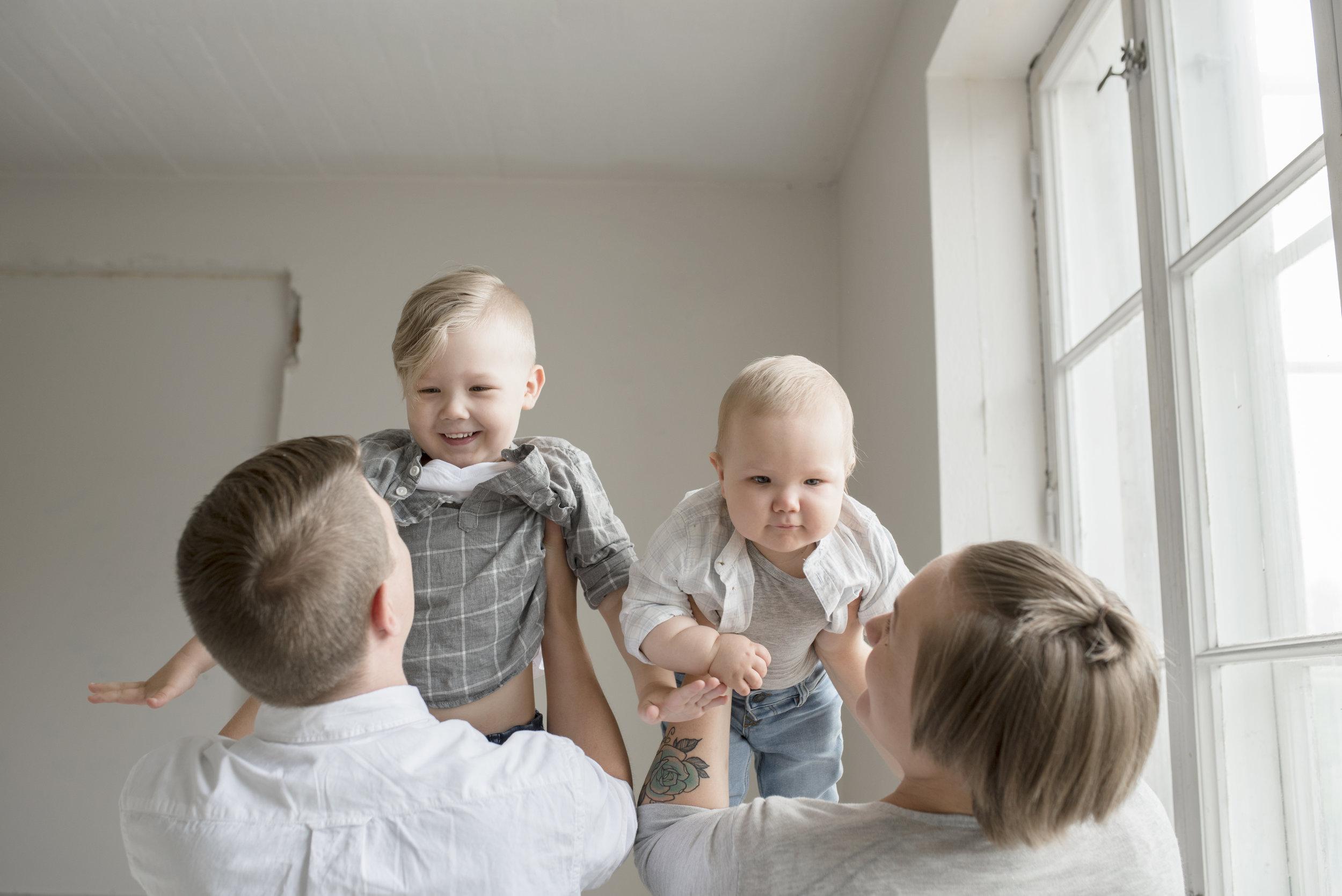 lapsikuvaus hämeenlinna perhekuvaus studiokuvaus perhe valokuvaaja valokuvaus hattula salla s photography