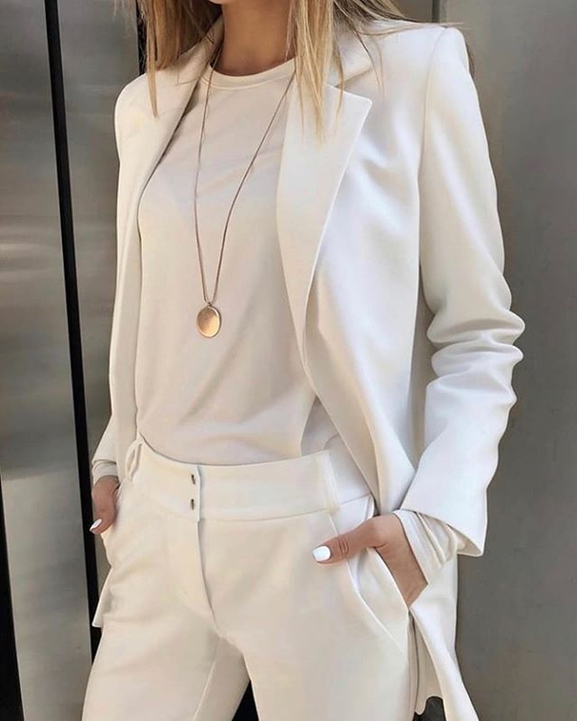 Love this all white suit and tee. Just perfect for every day. As the fabulous Caprece @capreceannjackson said, at the Pro-Age Network breakfast event at The SoHo NYC Wing @the.wing this past Tuesday, she's loving the monochromatic look and she was rocking it!! So casually chic..so Pro-Age Style. @perfect_fashion_styling
