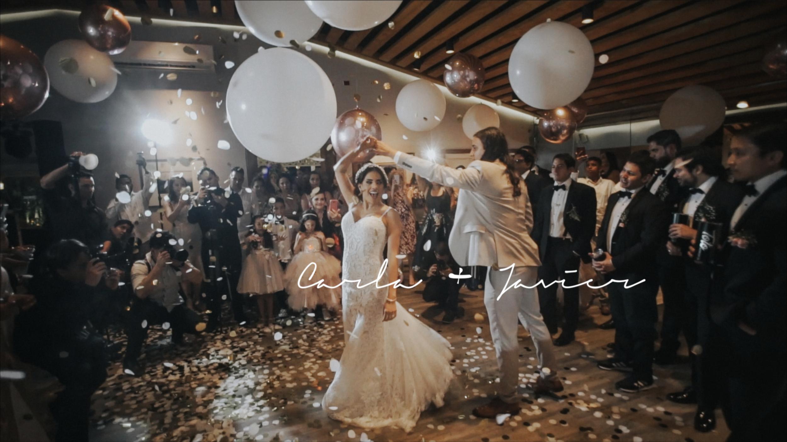 Carla + Javier - Una boda con mucho estilo y elegancia. Ella, amante de lo fashion, el maquillaje y la ley. El, apasionado por la fotografía y sus 3 perros. Fue una boda de altas expectativas y no se guardaron nada para las cámaras.