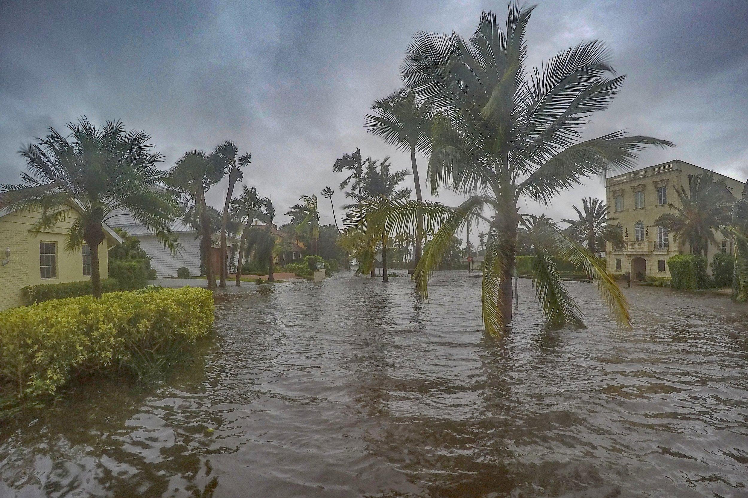 - Bij elke orkaan is er tevens kans op een zogenaamde 'surge': dat is het opzwepen van het oceaanwater door de wind en de luchtdrukverschillen in de orkaan. Vaak zorgen deze voor overstromingen, soms van wel meer dan 5 meter. Het is daarom zaak altijd een uitwijkmogelijkheid te hebben naar hoger gelegen etages in een gebouw of parkeergarage. Afhankelijk van de trekrichting en de precieze topografie van de omgeving komt zo'n surge voorafgaand en tijdens de passage van het oog, of ruim na passage van het oog.Vanaf het moment dat de wind stormkracht bereikt tot aan het einde van de stormwinden kan zeer variabel zijn, maar is meestal tussen de 2 en 6 uur.Aan het einde van de orkaan besluiten we wat we doen: is het veilig om weg te rijden en een hotel op te zoeken, of blijven we overnachten in of nabij de auto? Als we mensen onderweg kunnen helpen, nemen we daar de tijd voor.